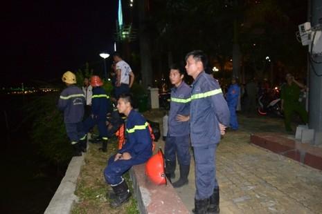 Chùm ảnh: Trắng đêm cứu hộ tàu bị chìm trên sông Hàn  - ảnh 1