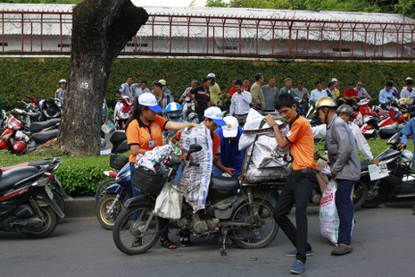 Sinh viên tình nguyện tiếp sức người đi đường - ảnh 2