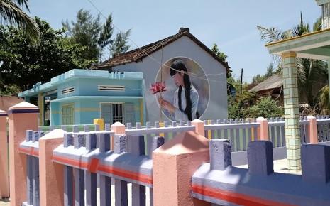 Du khách nườm nượp đổ về 'làng bích họa' kỳ lạ ven biển Tam Kỳ - ảnh 22