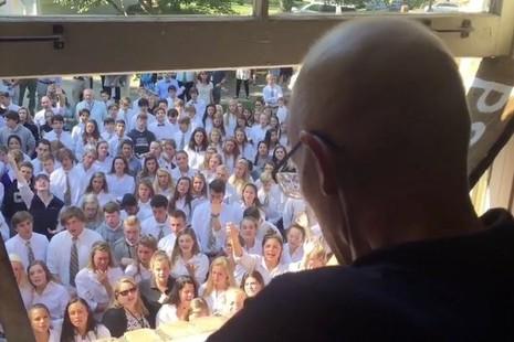 Khoảnh khắc xúc động khi 400 học sinh hát tặng thầy giáo sắp qua đời - ảnh 1