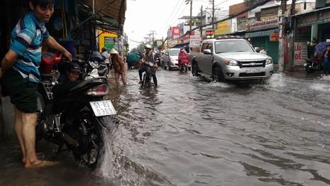 TP.HCM lại mưa, nước đang ngập nhiều tuyến đường  - ảnh 4