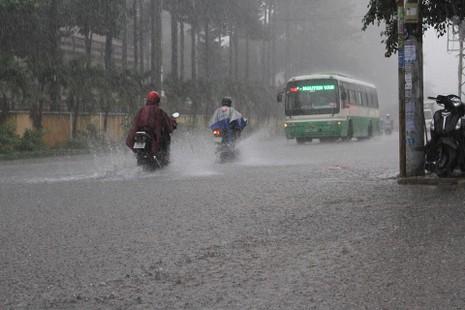 TP.HCM lại mưa, nước đang ngập nhiều tuyến đường  - ảnh 1