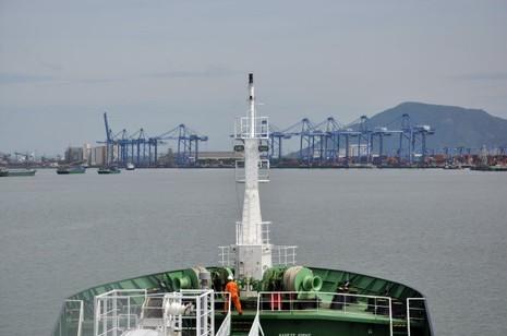 Tàu Panama đâm chìm sà lan, thuyền trưởng mất tích - ảnh 1