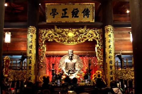 Dâng hương ở Văn Miếu: Sao chỉ cúi đầu trước Khổng Tử? - ảnh 2