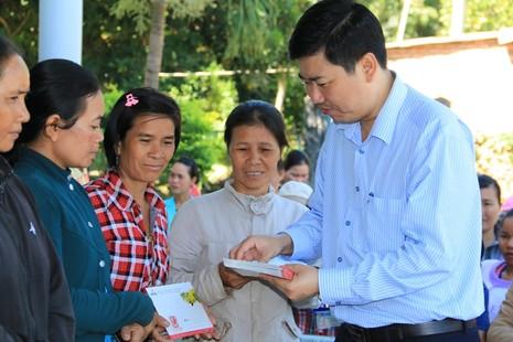Tặng 3.000 phần quà tết cho hộ nghèo, vùng bị lũ lụt - ảnh 1