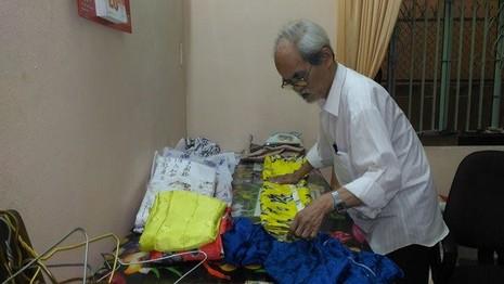 Cụ ông ở Đà Nẵng hơn 50 năm may áo dài - ảnh 1