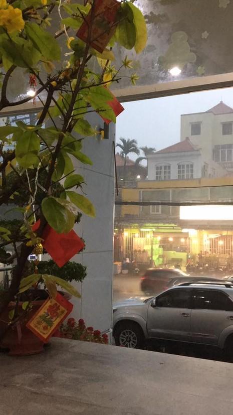 TP.HCM bất ngờ đón 'mưa xuân' chiều mùng 6 Tết  - ảnh 2