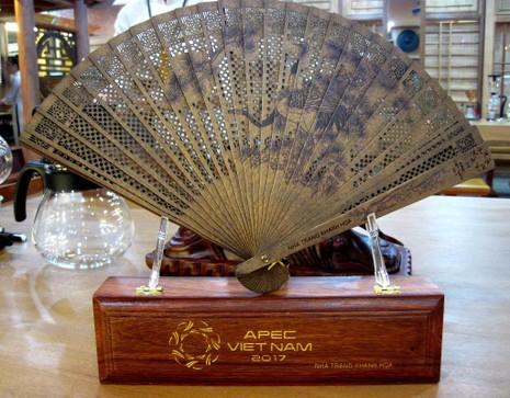 Mẫu quạt trầm hương là quà tặng các đại biểu dự Hội nghị APEC 2017 lần thứ nhất (SOM1)  tại Khánh Hòa.