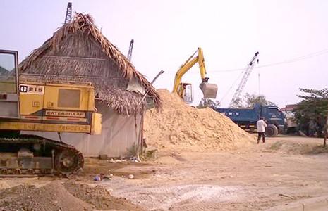 Bãi cát trái phép 10 năm chưa bị di dời - ảnh 1