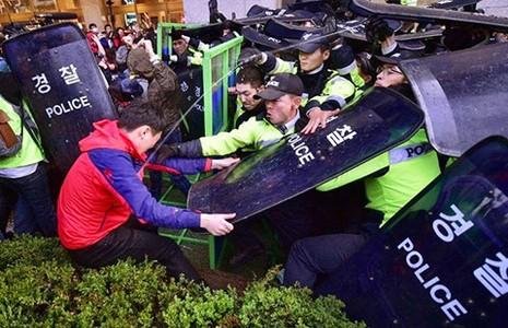 Cảnh sát Hàn Quốc sẽ truy tố người tổ chức biểu tình - ảnh 1