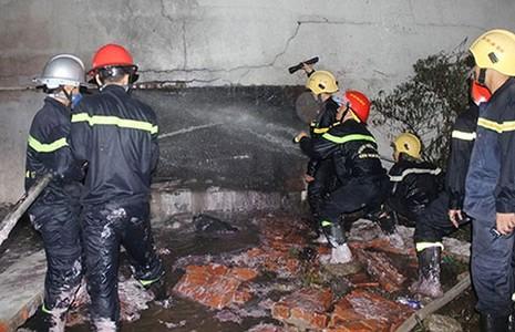 Cháy kho hóa chất, 17 chiến sĩ PCCC bị thương - ảnh 1