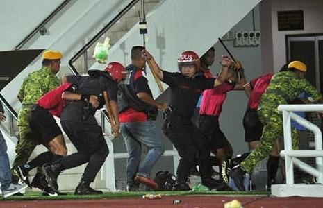 CĐV Malaysia bạo động phá nát xe đội trẻ Singapore - ảnh 1