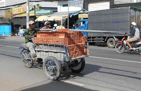 Kinh hãi với xe ba bánh chở vật liệu - ảnh 4