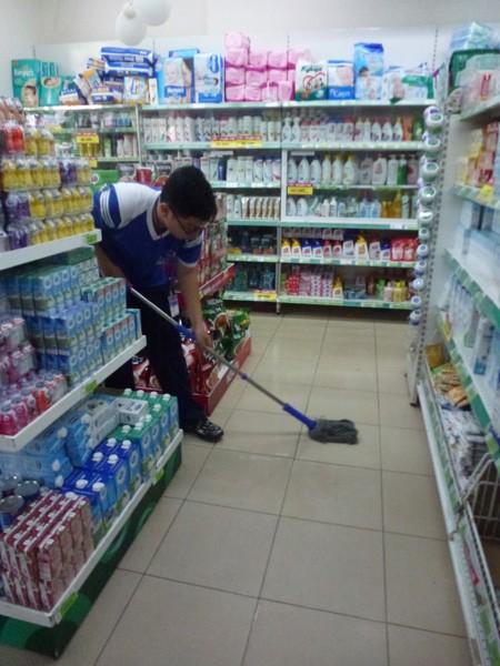 Học sinh cấp 3 tập làm nhân viên siêu thị - ảnh 4