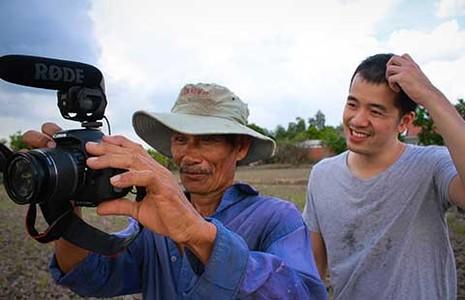 Khi nông dân ra ruộng cầm máy quay phim - ảnh 1