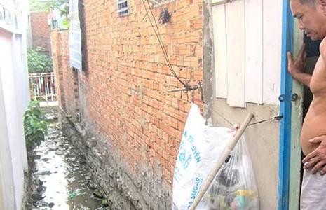 Hút hầm cầu, thải nước ra khu dân cư - ảnh 1