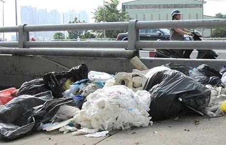 Lén đổ rác bừa bãi trên cầu - ảnh 1