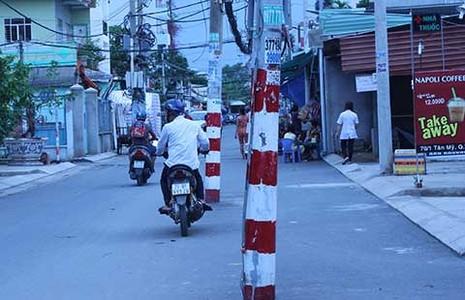 Nhanh chóng dời hàng loạt cột điện giữa đường - ảnh 1