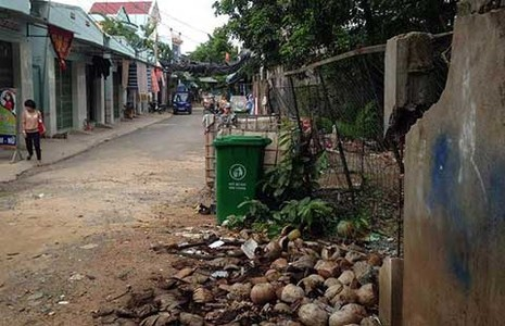 Phá tường rào bảo vệ khu dân cư - ảnh 1
