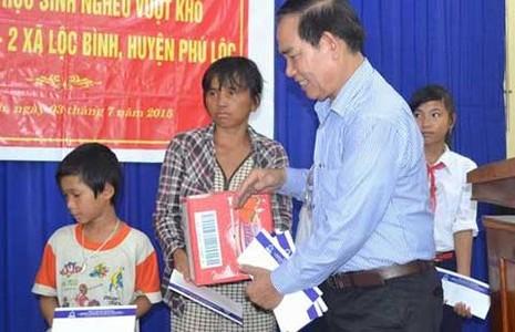 Tân Hiệp Phát tặng quà cho học sinh nghèo Huế, Đà Nẵng - ảnh 1
