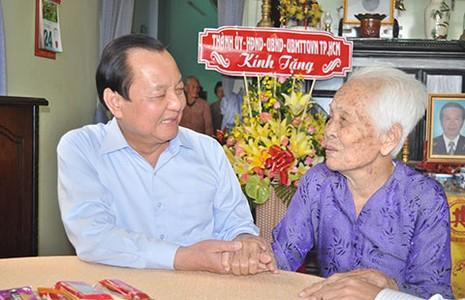 Lãnh đạo TP.HCM thăm mẹ Việt Nam anh hùng - ảnh 1