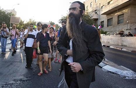Hai lần đâm người trong cuộc diễu hành người đồng tính  - ảnh 1