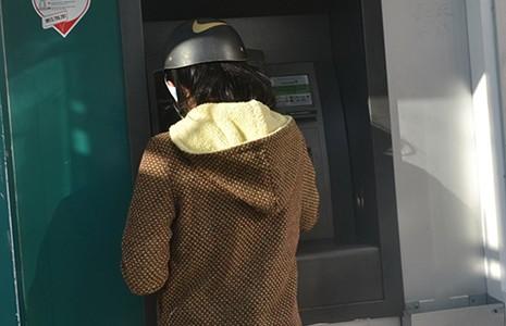 Ba người Bulgaria làm giả thẻ ATM trộm tiền tỉ - ảnh 1