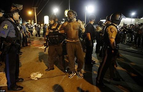Biểu tình bạo động tiếp diễn ở Ferguson - ảnh 1
