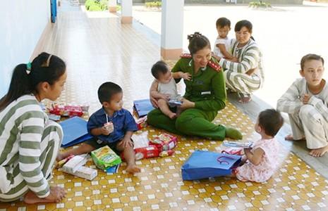 Những đứa trẻ trong trại giam - ảnh 1
