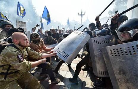 Lựu đạn nổ trước tòa nhà Quốc hội Ukraine - ảnh 1