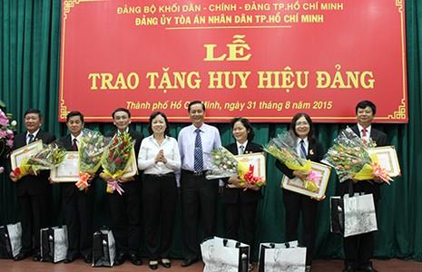 Sáu thẩm phán được trao tặng huy hiệu 30 năm tuổi Đảng - ảnh 1