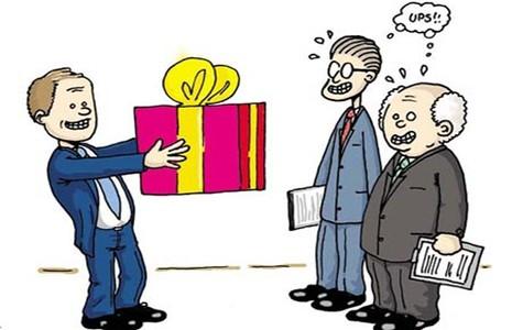 Quan chức nhận quà tặng có thể  ở tù - ảnh 1