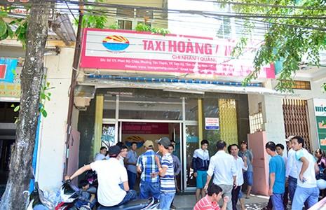 Tài xế taxi vây văn phòng công ty đòi giải quyết chế độ - ảnh 1