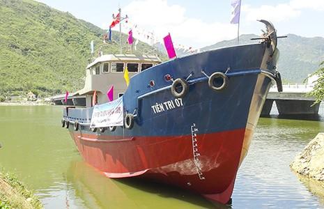 Hạ thủy tàu vỏ thép hậu cần cho ngư dân Lý Sơn - ảnh 1