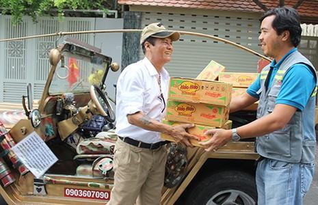 Sắm xe Jeep đi xin quà cho người nghèo - ảnh 1