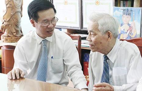 Vợ chồng cựu cán bộ ngoại giao nhận Huy hiệu 70 năm tuổi Đảng - ảnh 1