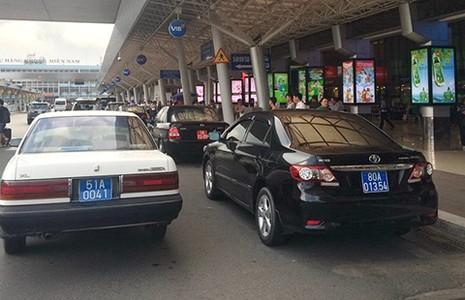 Xe công vụ vẫn đậu lì ở sân bay Tân Sơn Nhất - ảnh 1