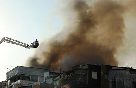 Tám căn nhà giữa Sài Gòn bị thiêu rụi - ảnh 1