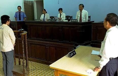 Luật sư ngồi ngang hàng với VKS  - ảnh 1