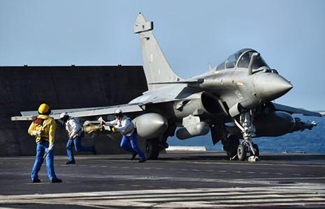 Tổng thống Pháp thăm tàu sân bay đang đánh IS - ảnh 1