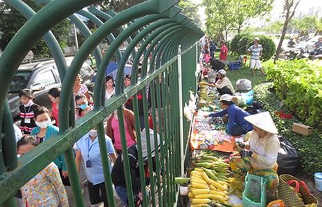 Chợ hàng rào công nhân  - ảnh 2