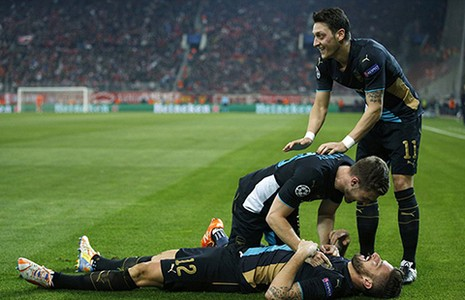 Champions League: Giroud giúp Arsenal có cuộc đào thoát vĩ đại - ảnh 1