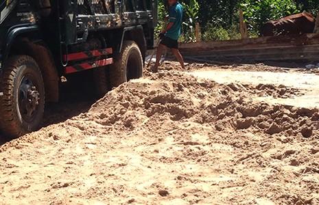 Nạn hút cát lậu làm chết suối Máu - ảnh 2