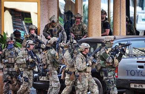 Al Qaeda tấn công khách sạn, bắt cóc con tin - ảnh 1