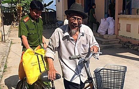 Cảnh sát 'cõng' gạo tết cho người nghèo - ảnh 1