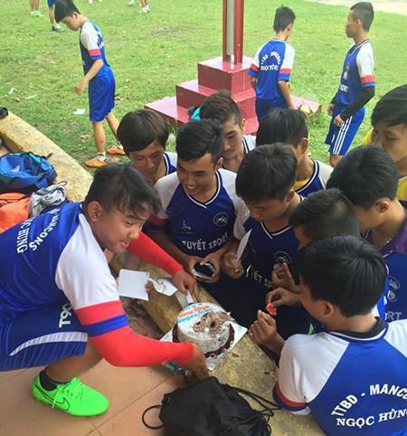 Cái tình ở lò bóng đá Lưu Ngọc Hùng - ảnh 2