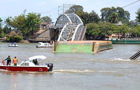 Sập cầu Ghềnh, đường sắt vào Sài Gòn đứt mạch - ảnh 1