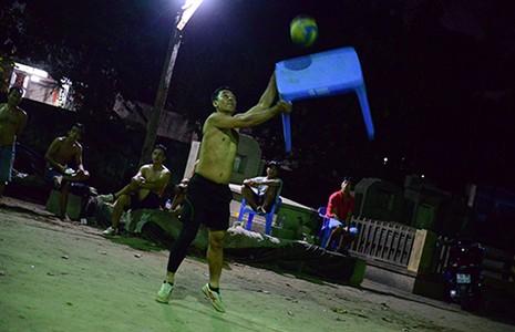 Đi xem bóng chuyền 'đầu - cánh - cổ' ở Sài Gòn - ảnh 2