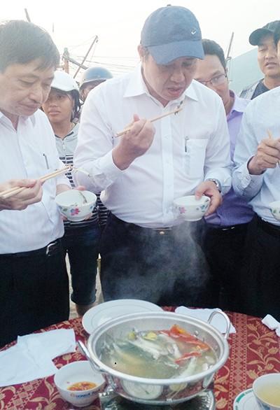 Lãnh đạo Đà Nẵng ăn cá nấu ngay cảng cá - ảnh 1