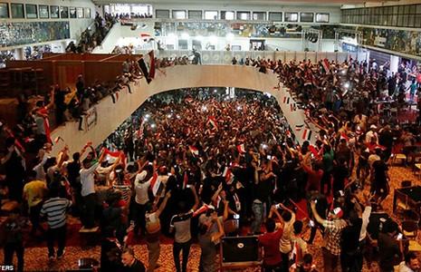 Hàng ngàn người nhảy múa trong tòa nhà Quốc hội Iraq - ảnh 1